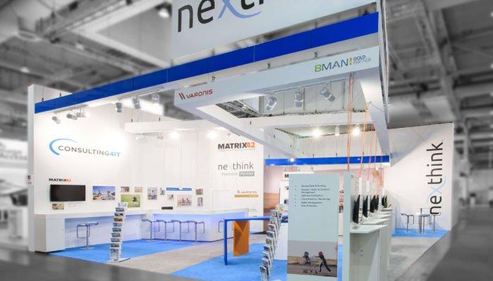 Markenraum in weiß und hellblau mit vielen Designelementen