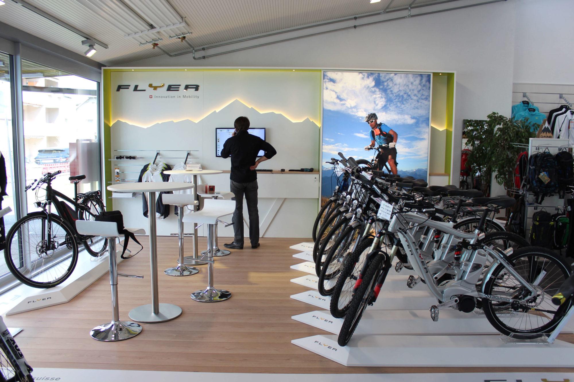 DIMAH Messearchitektur –Messestand mit Fahrrädern und Bildschirm