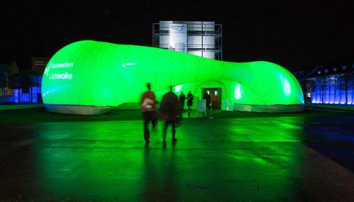 Gebäude-Inszenierung in leuchtendem grün