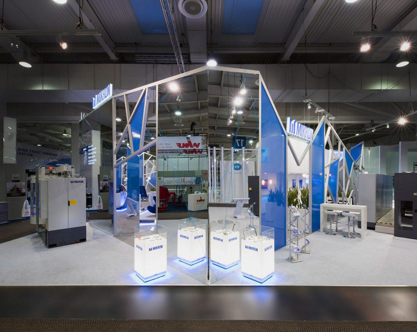 Messestand von DIMAH für Mikron –Inszenierung in weiß und blau